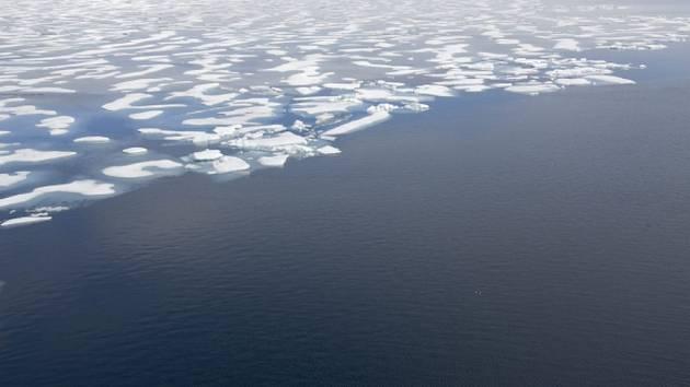 Ledový příkrov v Arktidě kvůli globálnímu oteplování stále více ustupuje.