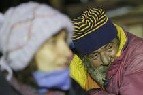 Bezdomovci v zimě trpí.