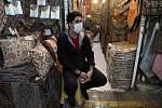 Obchodník s rouškou na tržišti v Teheránu 17. března 2020