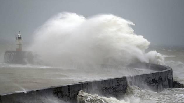 Orkán Ciara, který zasáhl pobřeží Británie.
