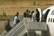 Humanitární pracovníci odletěli do Francie.