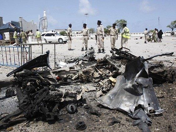 Místo bombového útoku střeží vojáci.