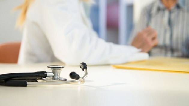 Lékařka, pacient v ordinaci, stetoskop - ilustrační foto