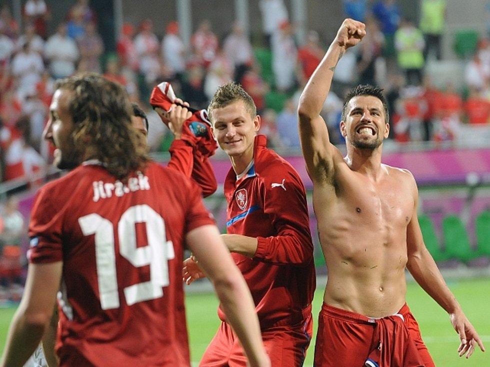 Čeští fotbalisté (zleva) Petr Jiráček, Tomáš Necid a Milan Baroš se radují z postupu do čtvrtfinále mistrovství Evropy.