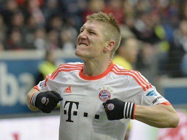 Bastian Schweinsteiger z Bayernu Mnichov se raduje z gólu proti Frankfurtu.
