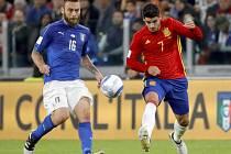 Daniele De Rossi z Itálie (vlevo) a Álvaro Morata ze Španělska.