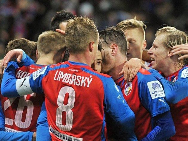 Fotbalisté Plzně se radují z vysoké výhry nad Českými Budějovicemi.