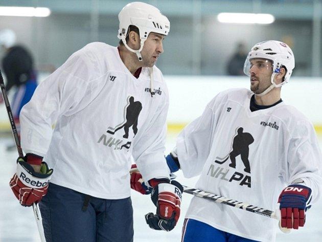 Roman Hamrlík z Washingtonu (vlevo) a Brian Gionta z Montrealu během přípravy.