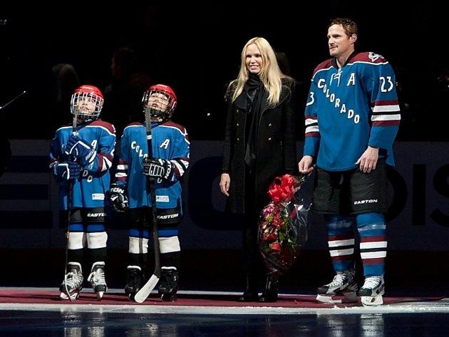 Milan Hejduk s manželkou Zlatou a svými syny během předzápasového ceremoniálu.