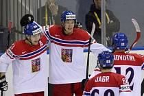 Tomáš Hertl (druhý zleva) se raduje s Ondřejem Němcem (vlevo), Jaromírem Jágrem (druhý zprava) a Jiřím Novotným z gólu proti USA.