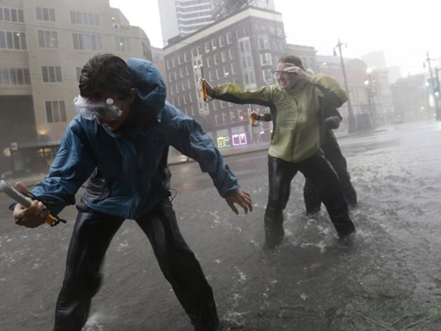 Hurikán Isaac dorazil z Mexického zálivu na pevninu amerického státu Louisiana. V New Orleansu, který přesně před sedmi lety zpustošil silnější hurikán Katrina, se už první přívaly vody přelily přes protipovodňové hráze.