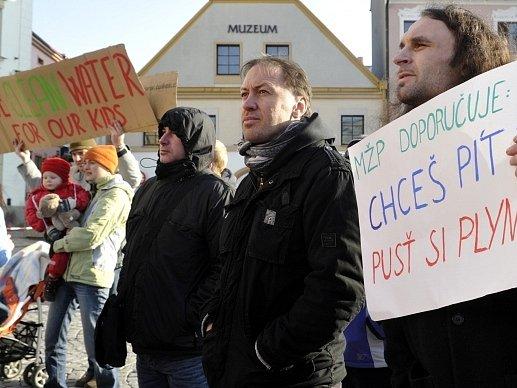 Zástupci těžařské společnosti Hutton Energy se snažili 6. března v Náchodě rozptýlit obavy starostů a veřejnosti z průzkumu a případné těžby břidlicových plynů na Náchodsku a Trutnovsku. Většina starostů s těžbou nesouhlasí, proti záměru těžařů také demon