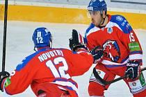 Hokejisté Lva Praha Jiří Novotný (vlevo) a Justin Azevedo se radují z gólu proti Záhřebu.