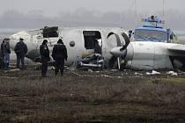 Trosky havarovaného letadla na letišti v Doněcku