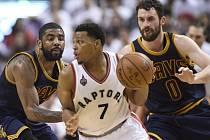 Kyle Lowry z Toronta (uprostřed) se snaží prosadit proti Clevelandu.
