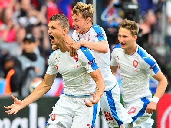 Čeští fotbalisté (zleva) Tomáš Necid, Ladislav Krejčí a Milan Škoda se radují z gólu.