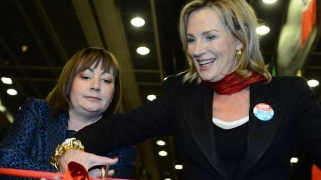 Manželka prezidenta republiky Ivana Zemanová (vlevo) zahájila 24. listopadu v Praze mezinárodní vánoční festival Asociace partnerů diplomatického sboru (DSA) v ČR. Vpravo je prezidentka DSA, manželka nizozemského velvyslance Odilia de Ranitz.