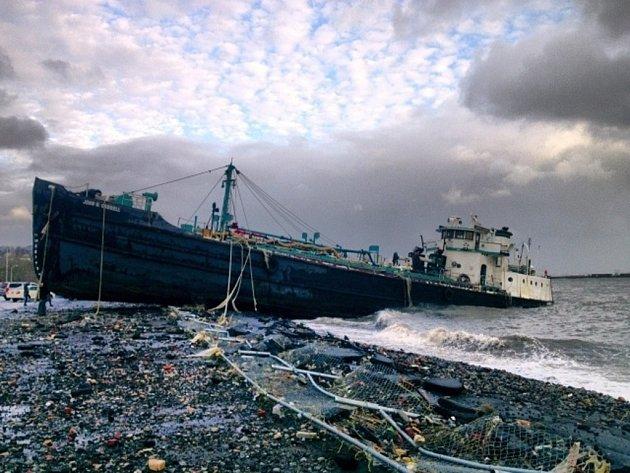 Rozběsněný živel dnes zaplavil pobřežní oblasti až čtyřmetrovými vlnami, osm milionů domácností se ocitlo bez proudu a milion lidí se musel na pokyn úřadů uchýlit do bezpečnějších míst.
