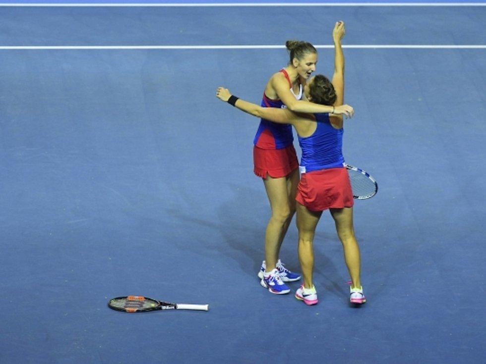 Hvězdný debl. Karolína Plíšková (vlevo) a Barbora Strýcová zajistily českému týmu opět triumf ve Fed Cupu.