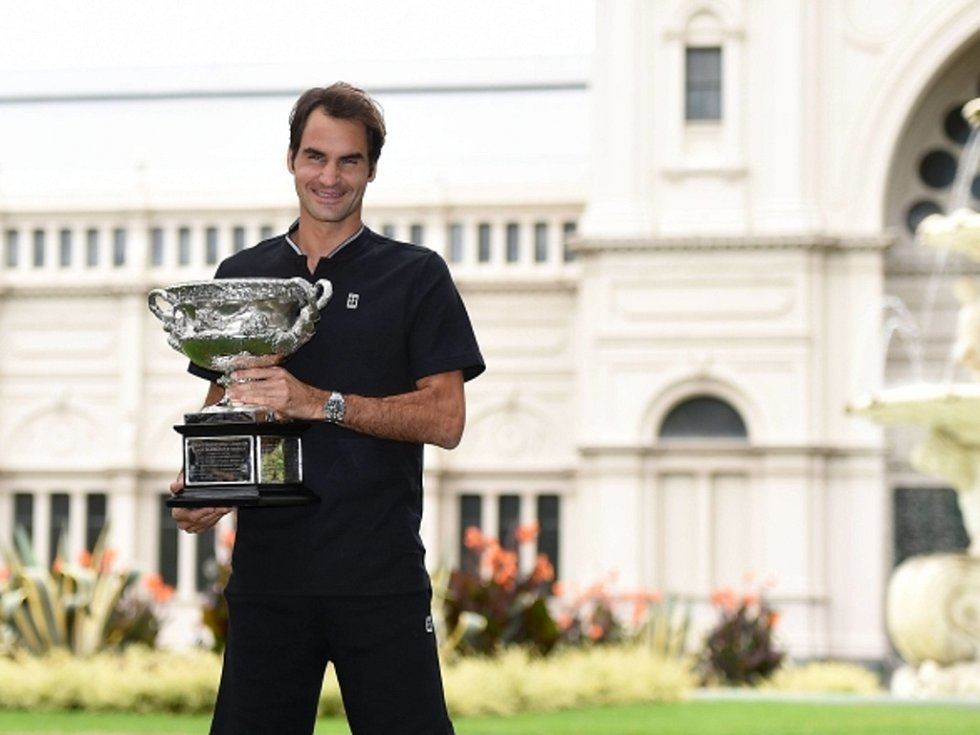 Roger Federer pózuje v zahradách Carlton.
