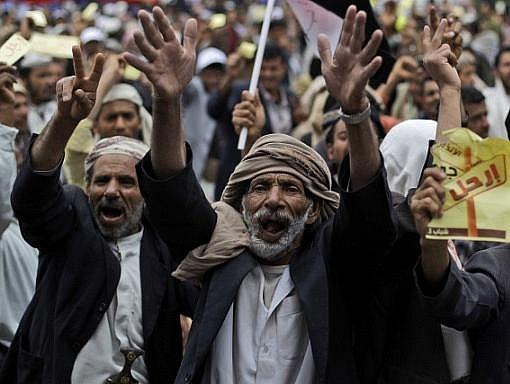 Nejméně 41 lidí bylo v pátek zabito a přes 200 zraněno při potlačování demonstrace v jemenské metropoli Saná. Prezident Alí Abdalláh Sálih řekl, že do demonstrantů nestříleli policisté, a vyhlásil výjimečná stav.