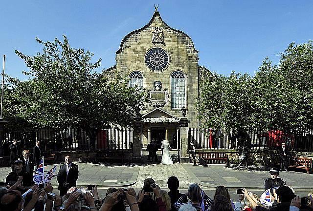 Británie zažila další královskou svatbu. Vnučka královny Zara Phillipsová si v Edinburghu ve Skotsku vzala anglického ragbistu Mikea Tindalla.