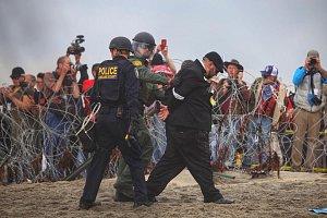 Američtí pohraničníci zasáhli proti demonstraci na podporu migrantů