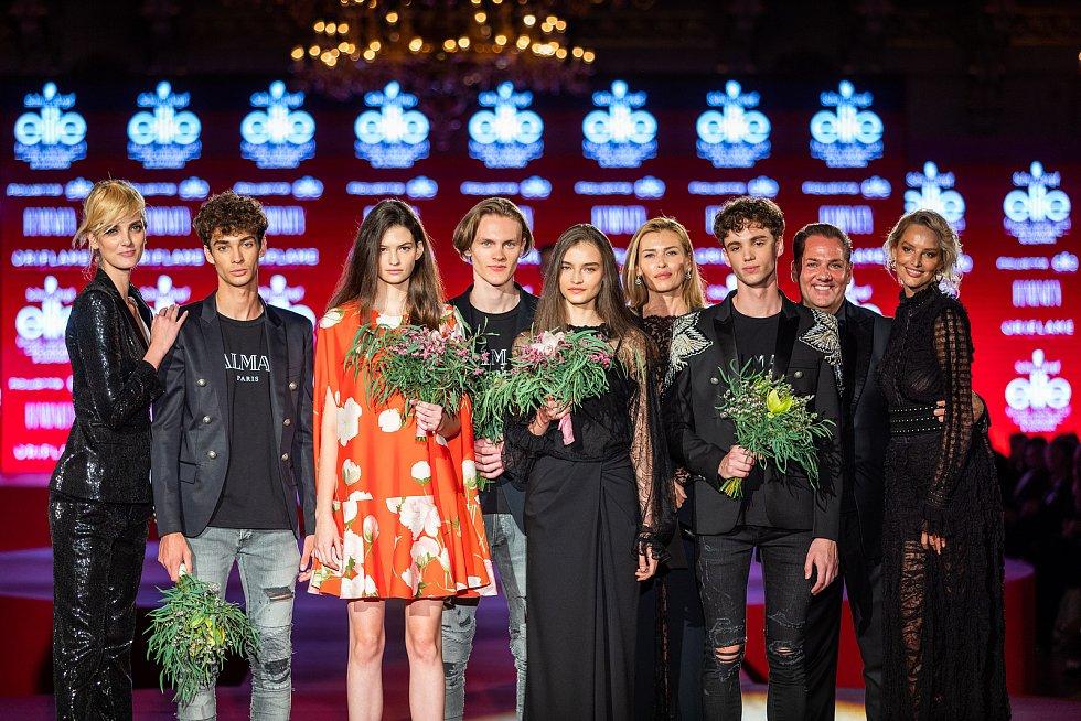 Vítězové Schwarzkopf Elite Model Look 2021 ve společnosti světových topmodelek i ředitele soutěže Sašu Jányho.