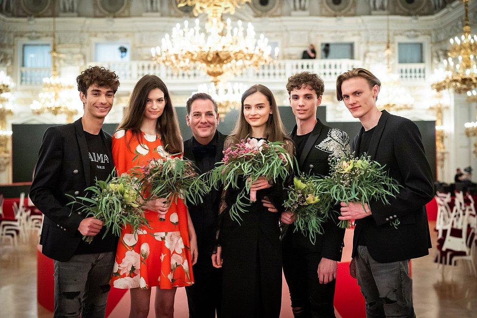 Vítězové Schwarzkopf Elite Model Look 2021 ve společnosti ředitele soutěže Sašu Jányho.
