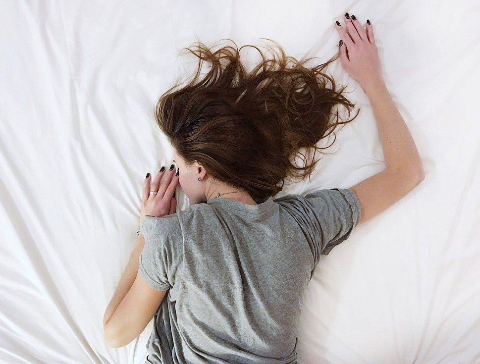 Zhruba 80 procent dospělých lidí spí každou noc méně než 7 hodin a 30 procent z nich dokonce méně než 6 hodin.