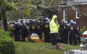 Záchranáři čekají na vyproštění těl obětí hurikánu Florence