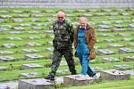 Národní hřbitov nyní v nočních hodinách střeží bezpečnostní služba a ve dne pracovníci údržby, kteří zde pracují. Na snímku Miroslav Vydra (vlevo) a Zdeněk Charvát se starají o zeleň a údržbu hřbitova a zároveň dohlíží na pořádek.