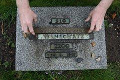 Ukradené destičky z náhrobků
