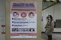 Plakát ve stanici metra v jihokorejském Soulu informuje o prevenci před koronavirem.