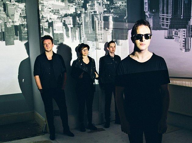 FOTBALISTA, KTERÝ SE STAL ROCKEREM, James Allan (v popředí, dále zleva), jeho bratranec, kytarista Rab Allan, švédská bubenice Jonna Löfgren a basák Paul Donoghue společně tvoří kapelu Glasvegas.