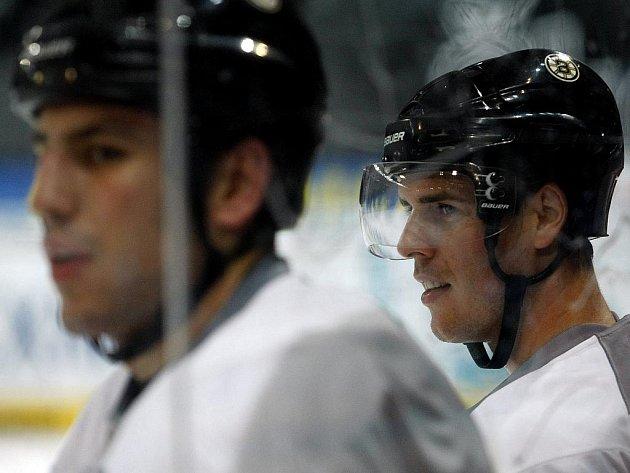 Český reprezentant David Krejčí (vpravo) na tréninku hokejistů týmu NHL Boston Bruins.