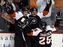 Se spoluhráči z Philadelphie se znovu radoval i Patrick Thoresen (č. 25).