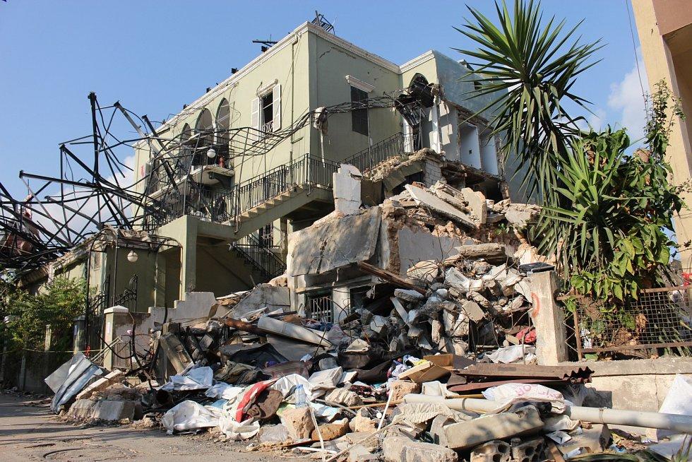 V Bejrútu zemřelo přes 150 lidí a dalších5000 bylo zraněno, o domov pak dočasně přišlo více než 300 tisíc lidí.