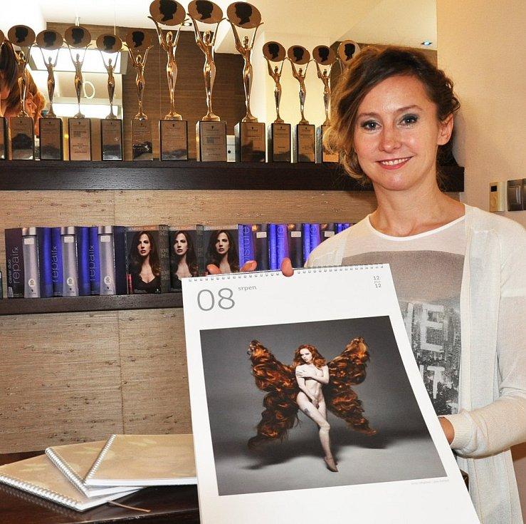 Jana Burdová udělala pro charitativní kalendář z herečky Anny Kameníkové motýla s křídly z lidských vlasů