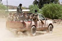 Ozbrojenci z teroristické sítě Al-Káida zaútočili dnes brzy ráno na vládní a policejní budovy ve městě Bahdá na jihu Jemenu. Při několika útocích včetně sebevražedného atentátu zahynulo nejméně deset policistů.