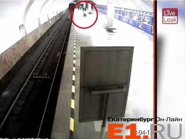 Záznam z kamerového systému v moskevském metru upozornil na lhostejné rodiče, kteří z nepochopitelných důvodů odstrčili kočárek s dítětem z vlaku metra přes celé nástupiště až do protějšího tubusu metra.