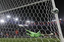 Chile - Uruguay - Copa América, mistrovství Jižní Ameriky ve fotbale, skupina C, utkání Chile - Uruguay. Brankář Chile Gabriel Arias inkasuje gól, který mu vstřelil Edinson Cavani z Uruguaye.