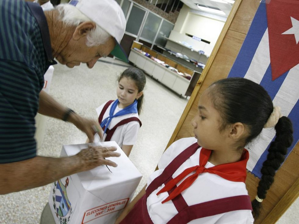 Pionýři v jedné z volebních místností v Havaně hlídají volební urny