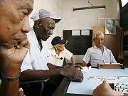 Muži hrají domino v Havaně