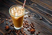 Kontaminované kostky ledu v kávových řetězcích zveřejnil pořad Hlídací pes britské televize BBC.
