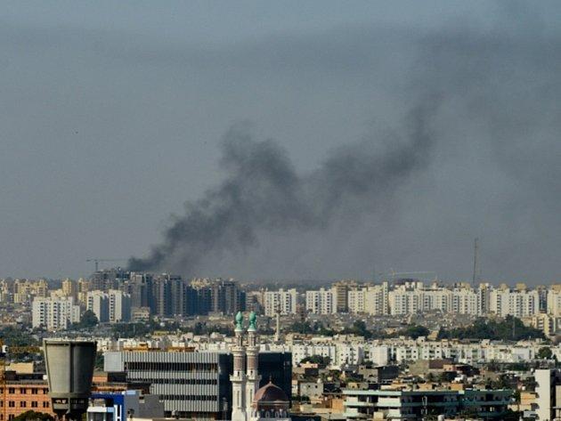 Přestřelky, které se dnes ráno strhly mezi znepřátelenými libyjskými ozbrojenci v okolí letiště v Tripolisu, si vynutily zrušení letů.