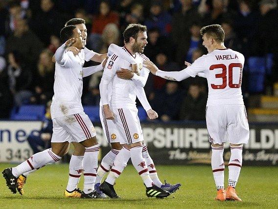 Fotbalisté Manchester United slaví gól Juana Maty v FA Cupu