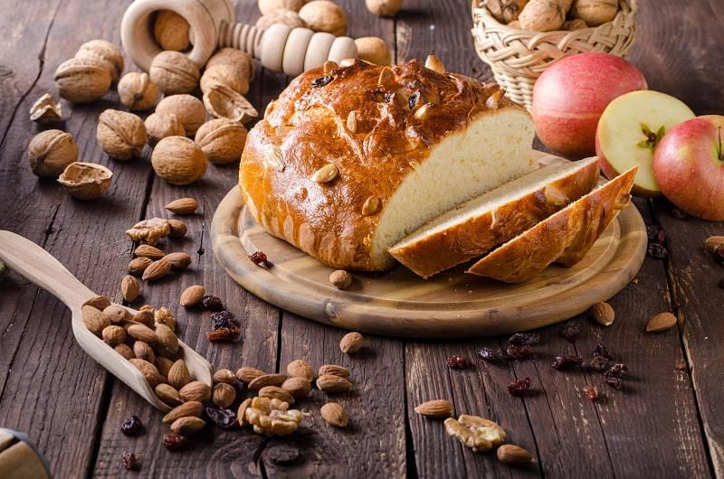 """Mazanec je ideální pocukrovaný, s marmeládou, s máslem. Mnoho lidé ho jí ale i klasicky """"suchý""""."""