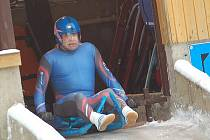 Kreslíř Petr Urban je i v padesáti úřadujícím šampionem v jízdě ledovým toboganem.