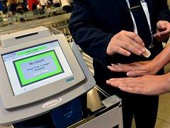 Od začátku září pomáhají s kontrolou cestujících na pražském Letišti Václava Havla detektory výbušnin, které jsou schopné během několikavteřinové procedury odhalit z oblečení nebo z těla cestujících stopy po výbušninách.